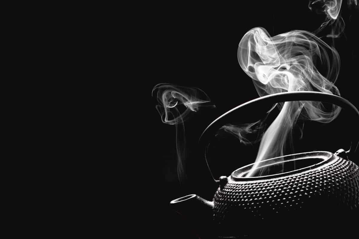 Teekanne mit heissem Wasser