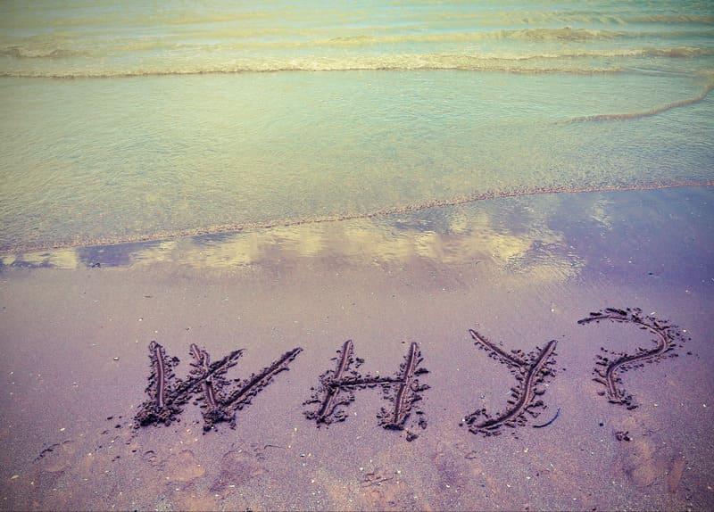 Why in den Sand geschrieben. Das Meerwasser kommt nahe.